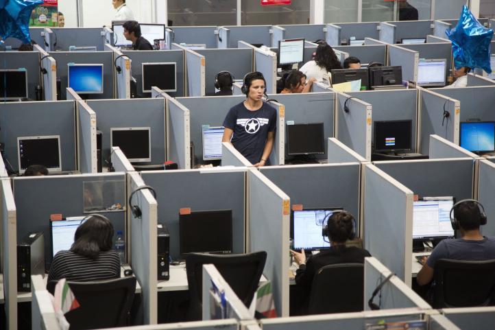 Deportados de EU encuentran nueva vida en centros de atención telefónica