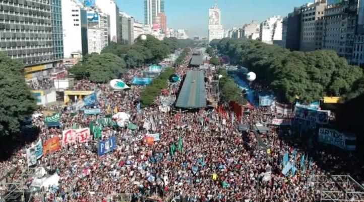 Miles de argentinos protestan contra pedir ayuda al FMI