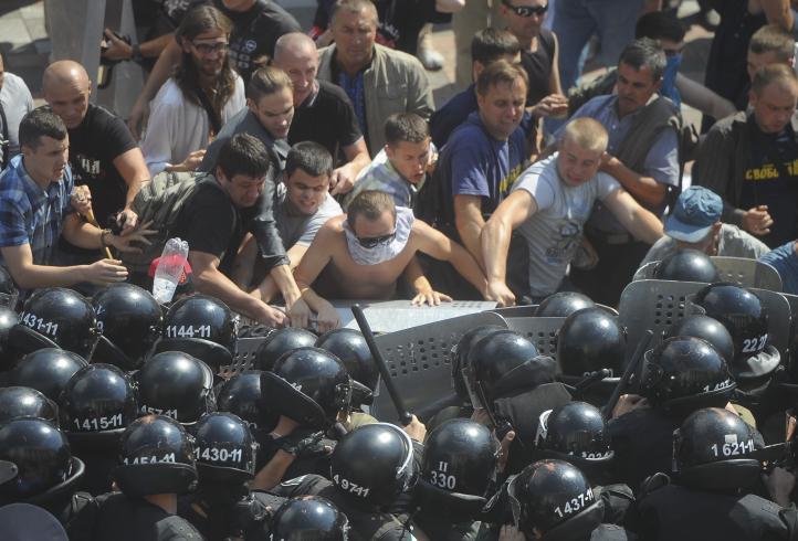 Enfrentamiento en Kiev deja un policía muerto y más de 120 personas heridas