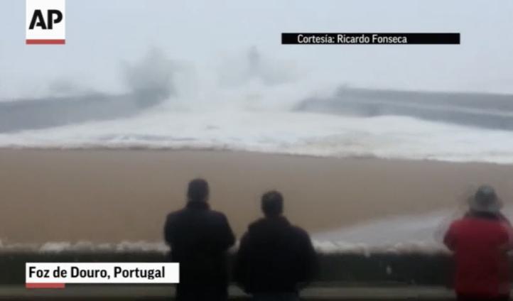 Ola Gigante causa pánico en Portugal.