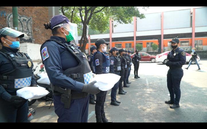 Policías entregan cubrebocas en las  entradas de las estaciones del Metro