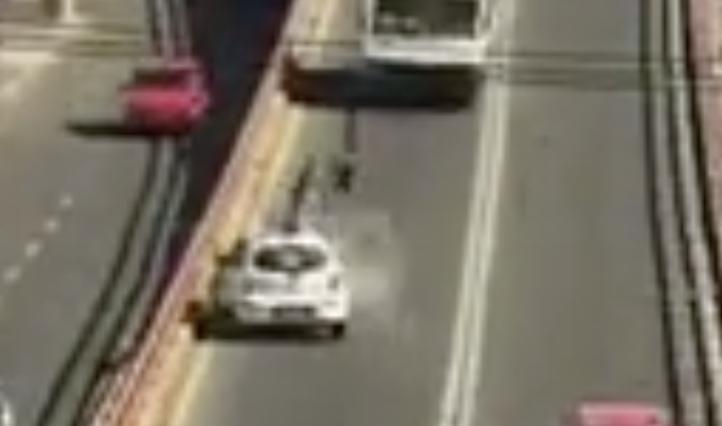 Taxista embiste a motociclista en Ecatepec