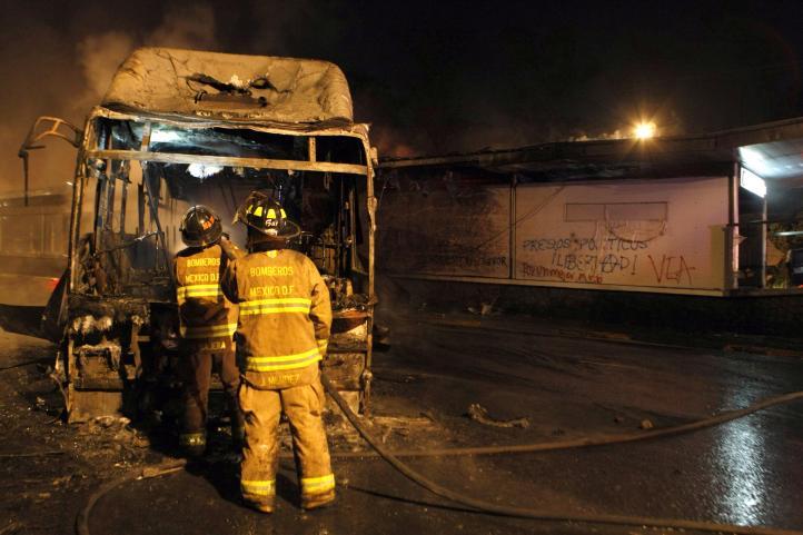 Encapuchados prenden fuego a unidad de Metrobus frente a CU