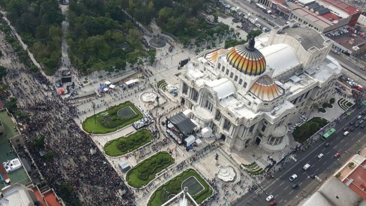 Las cenizas de Juan Gabriel llegan a Bellas Artes y una multitud acude a homenajearlo
