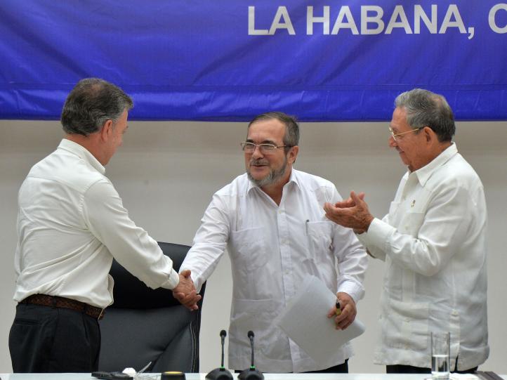 Colombia: firman cese fuego, desmovilización y entrega armas