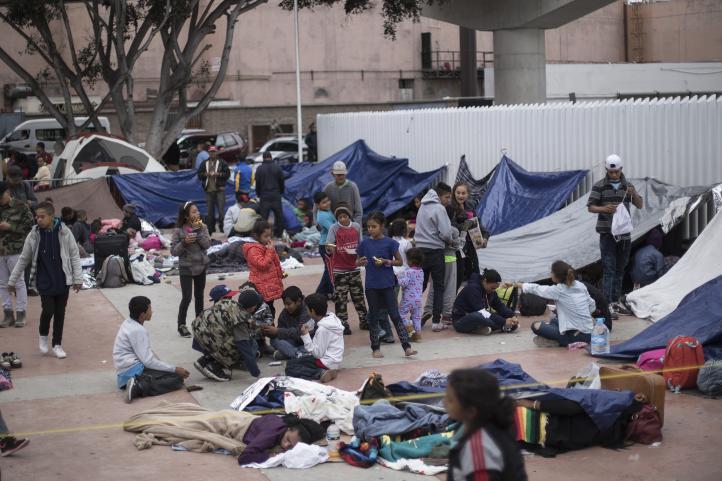 Migrantes deben esperar; cruce fronterizo está lleno: EU