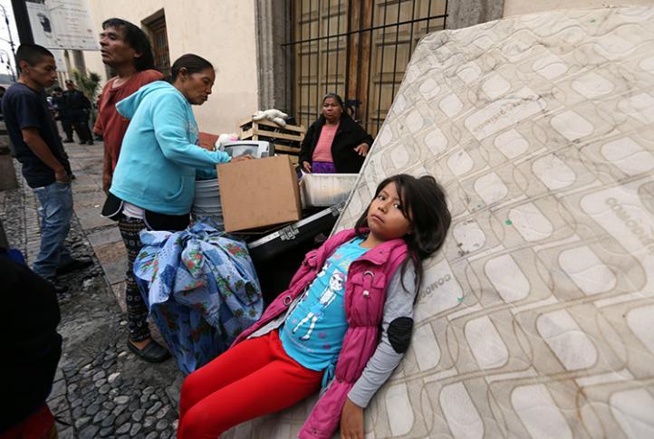 Desalojan a 50 familias en el centro de la ciudad de México