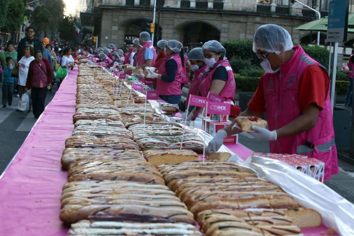 La megarrosca de Reyes en el Zócalo capitalino