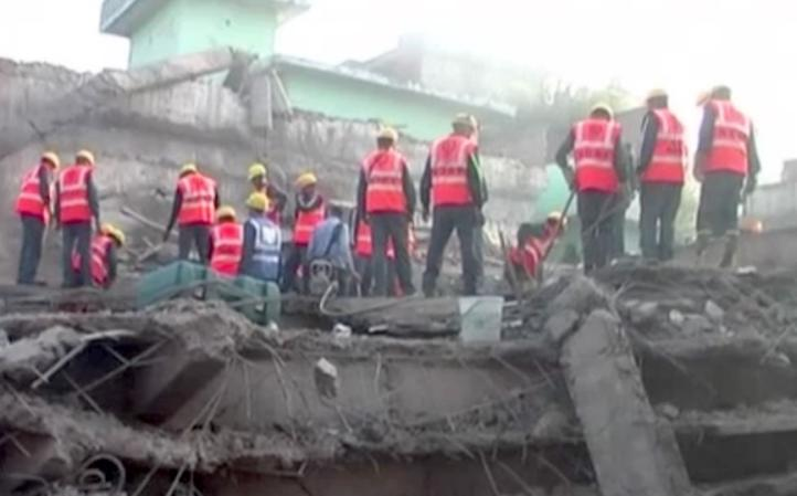 Se desploma edificio en construcción en la India