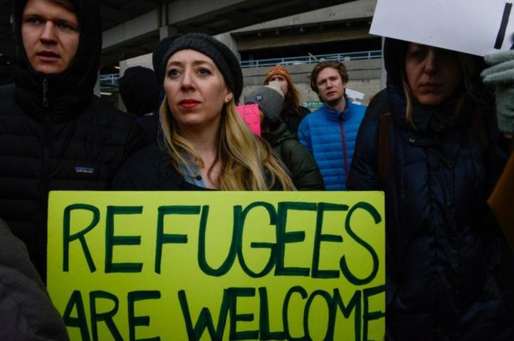 Protestan en aeropuertos contra orden migratoria de Trump