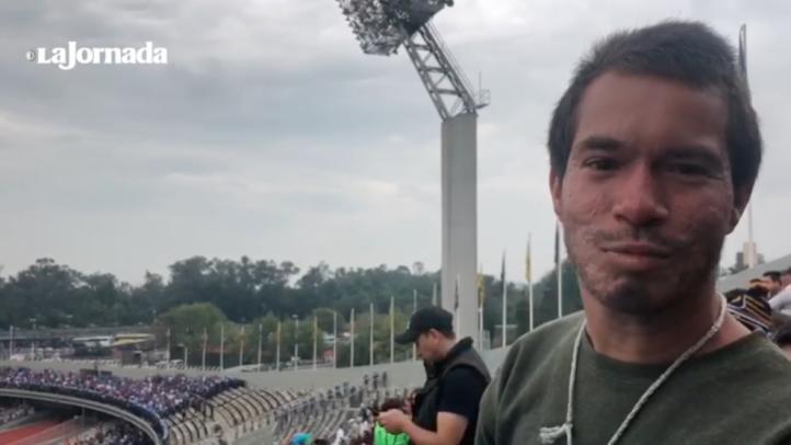 Migrantes hondureños asisten al partido Pumas vs Cruz Azul
