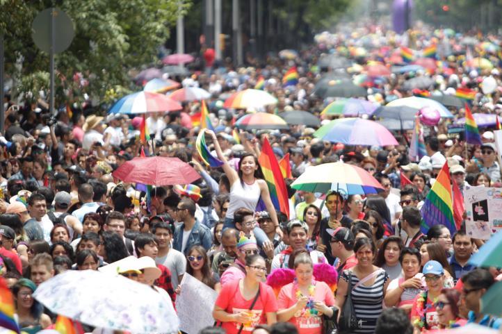Entre fiesta y exigencia de justicia, marchan por el orgullo LGBTTTI