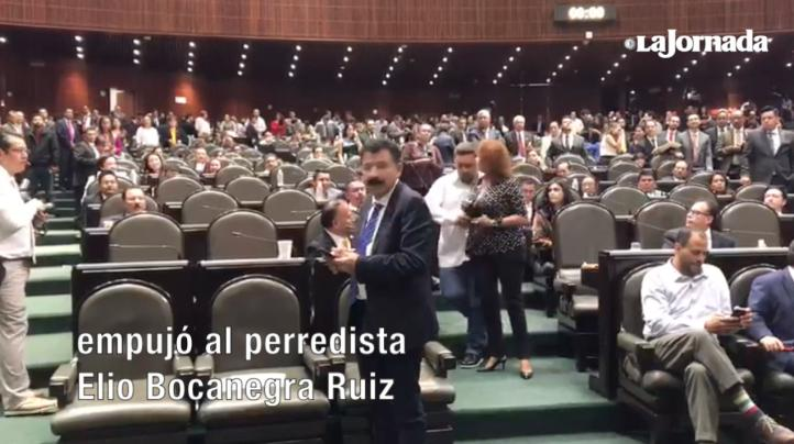 Diputada del PRI empuja a legislador del PRD que intenta llegar a la tribuna