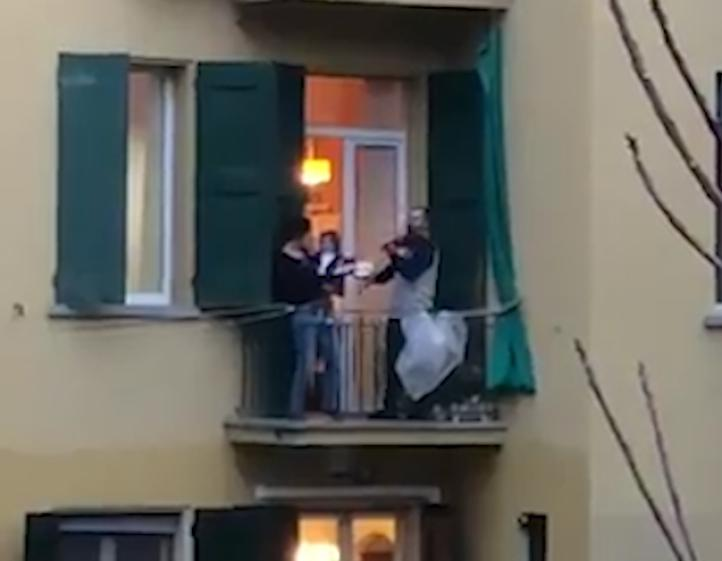 Los italianos salen a sus balcones a desafiar el aislamiento con música