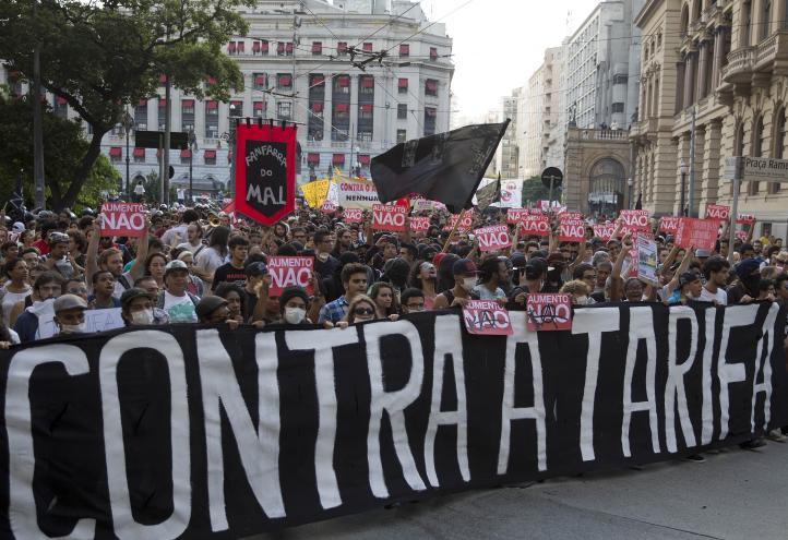 Brasileños vuelven a las calles contra el alza al transporte público