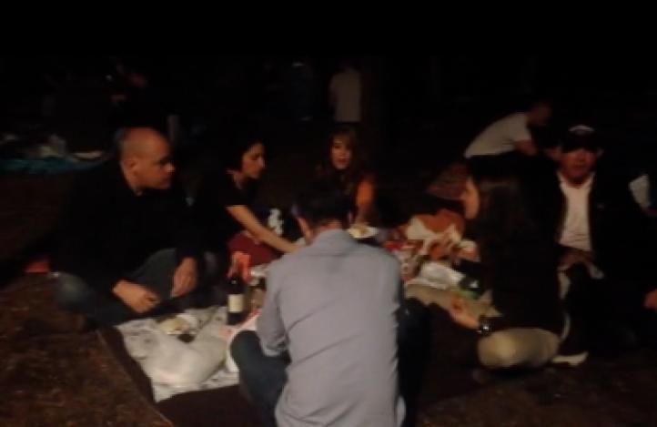 Realizan espontáneo picnic nocturno en el Bosque de Chapultepec