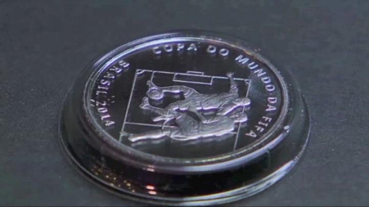 Presentan monedas conmemorativas del Mundial de Futbol Brasil 2014
