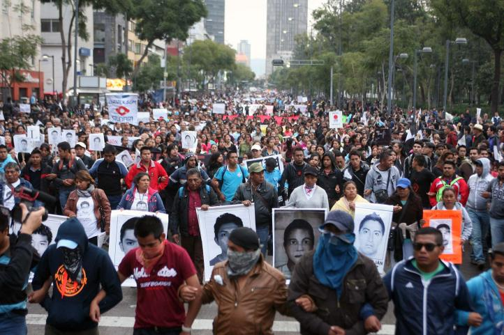 Miles protestan en el DF por los 43 desaparecidos de Ayotzinapa