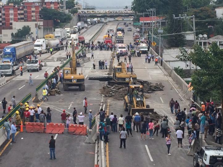 Cae auto en socavón en Paseo Exprés de Cuernavaca