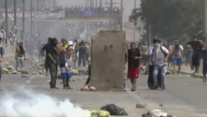 Policías y manifestantes se enfrentan en Perú