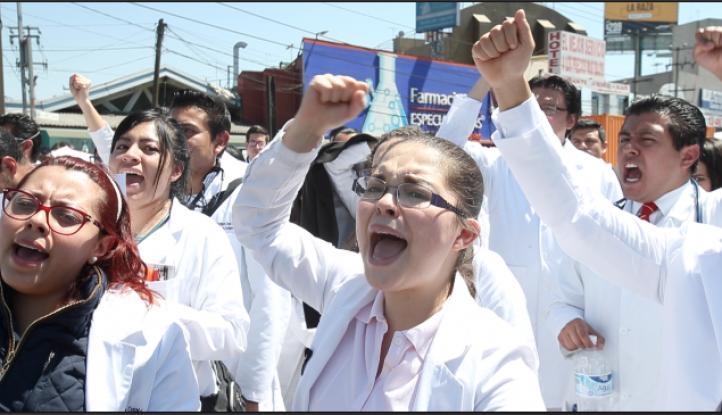 Protestan médicos residentes de La Raza por inseguridad