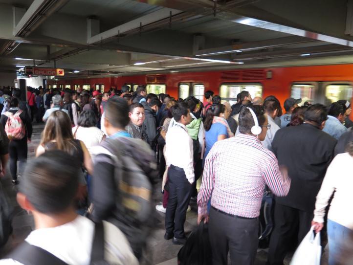 El transporte público se vuelve a saturar durante el segundo día de contingencia ambiental