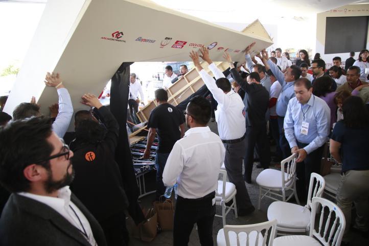 Cae pantalla sobre asistentes a acto de STyPS y Coca-Cola en Hidalgo