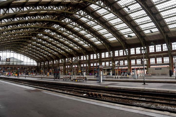 Turistas y residentes buscan esquivar huelga de tren en Francia