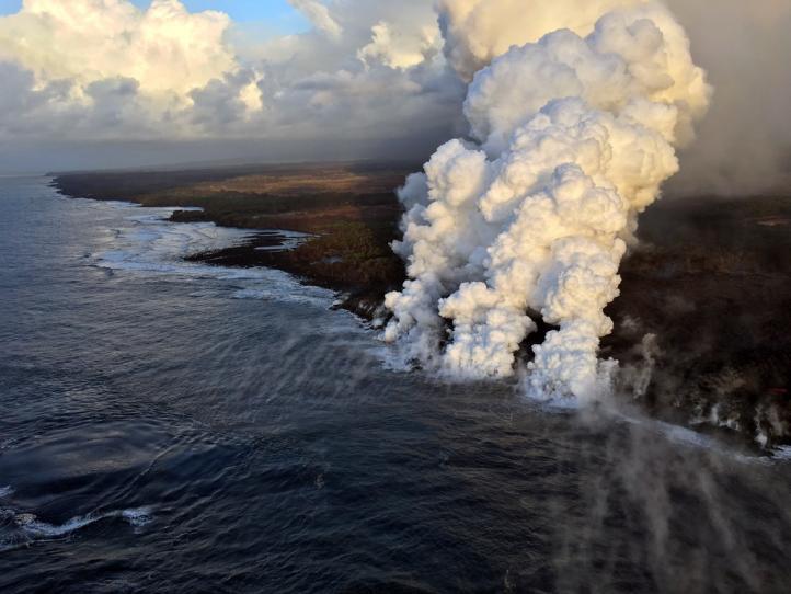 Cae lava sobre bote turístico en Hawai; 23 heridos