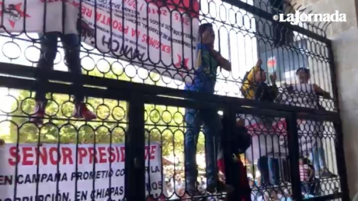 Maestros protestan durante toma del nuevo gobernador de Chiapas, a la que asistió AMLO