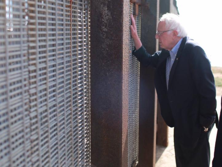 Sanders va al muro fronterizo en apoyo a migrantes