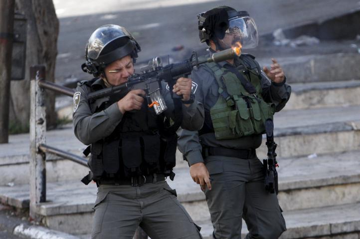 Manifestantes palestinos chocan con fuerzas israelíes