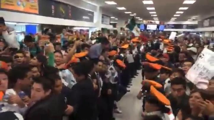 Cientos de aficionados esperan la llegada de la Selección Mexicana de Futbol