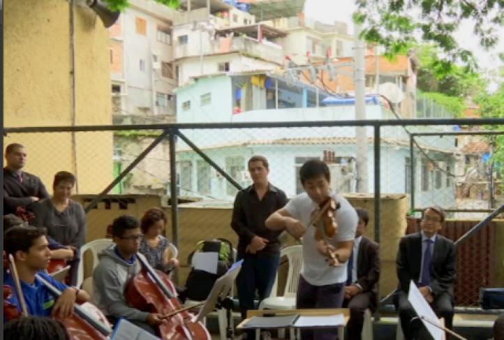 Brasil: Destacado violinista Ryu Goto toca en favela
