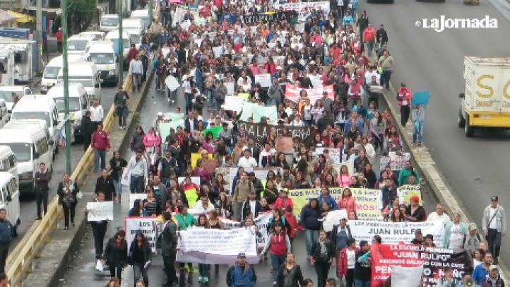 Maestros de la CNTE y padres de familia se manifiestan en calzada Zaragoza