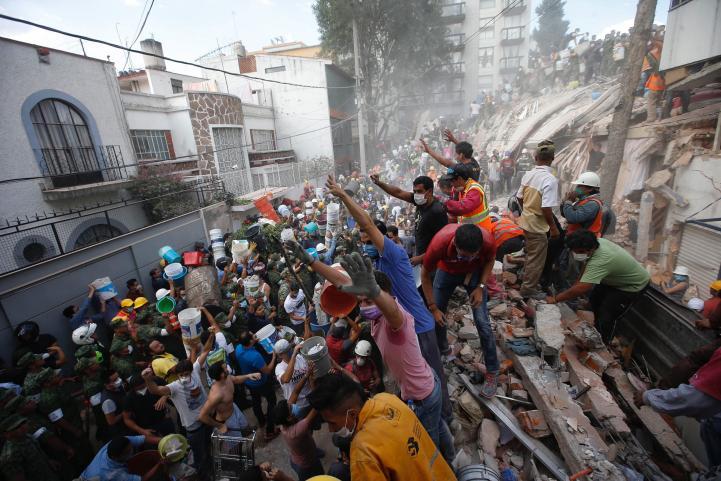 Como en 1985, miles de voluntarios salen a brindar ayuda