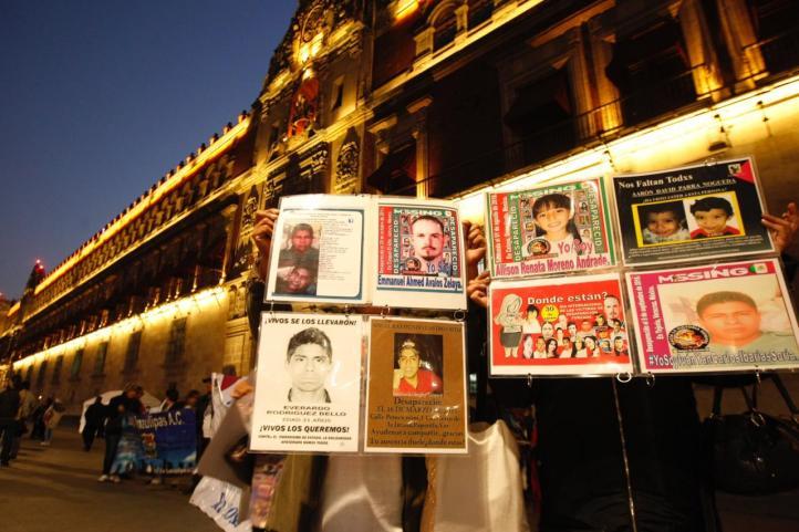 Familiares de desaparecidos se manifiestan frente a Palacio Nacional