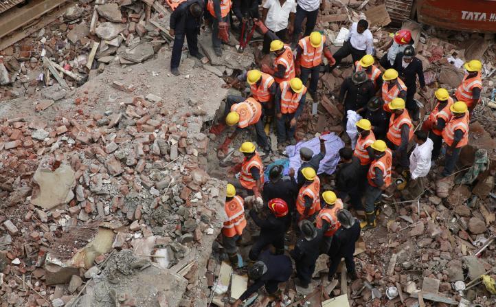 Lluvia causa derrumbe de edificio cerca de Mumbai, mueren 12