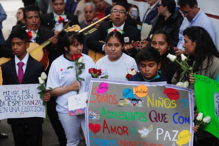 Niños, niñas y adolescentes llevan serenata a AMLO