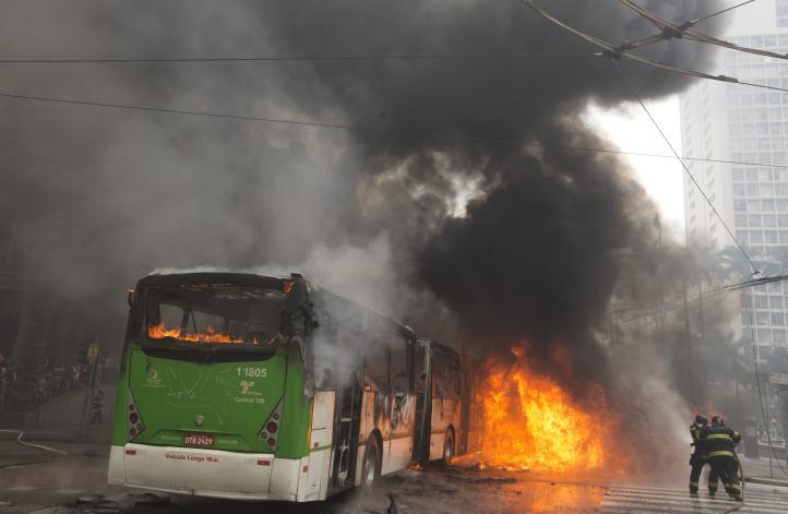 """Se enfrentan """"sin techo"""" y policías en violento desalojo en Brasil"""