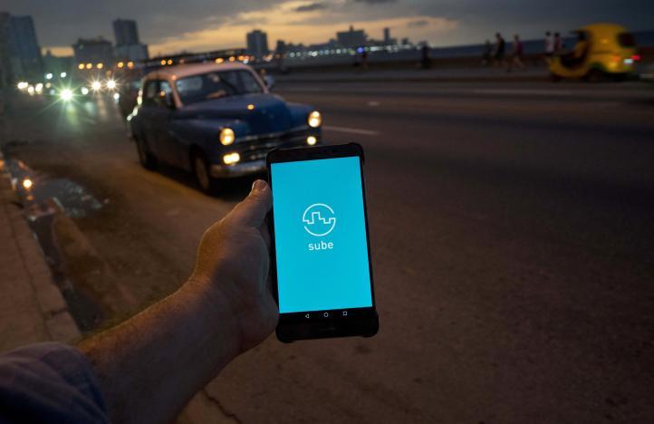 Cubanos aprovechan la expansión de Internet en la isla