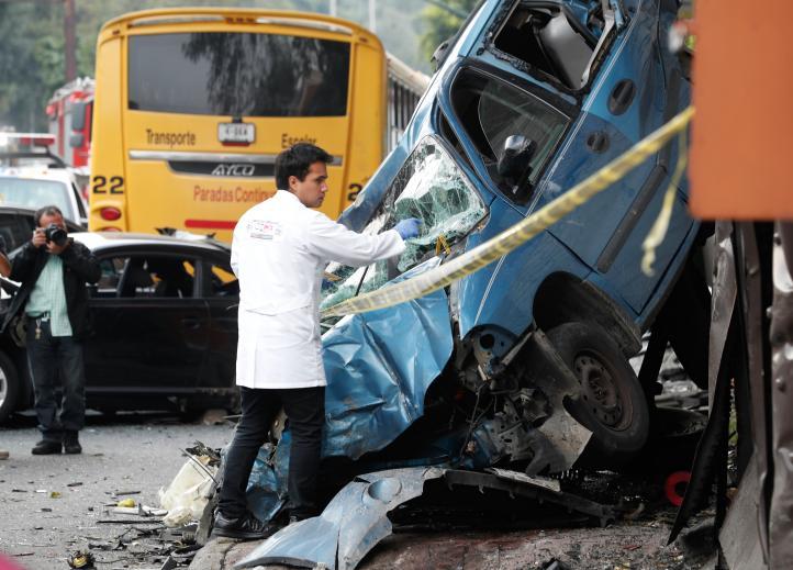 Trailer se queda sin frenos y se lleva 12 autos; cuatro muertos