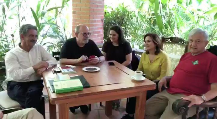 Silvio Rodríguez recita un poema en compañía de AMLO