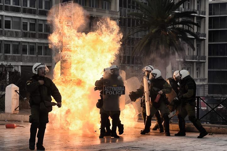 Chocan policía y manifestantes en Atenas