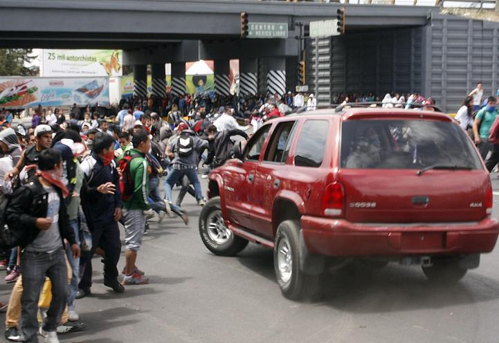 Conductor atropella intencionalmente a normalistas en Morelia; 12 heridos