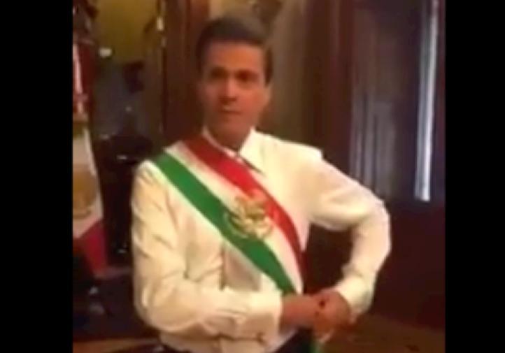 Se le resbala banda presidencial a Peña Nieto durante transmisión en vivo