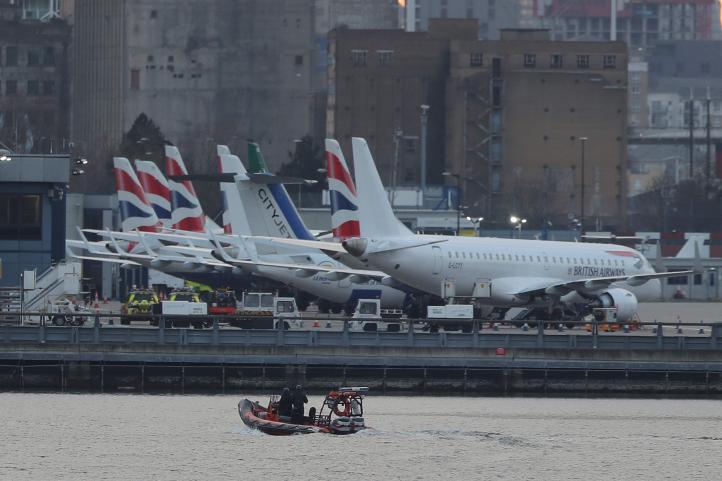 Cancelan vuelos en aeropuerto de Londres tras hallar bomba