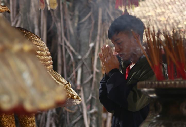Solteros vietnamitas visitan este famoso templo en busca del amor