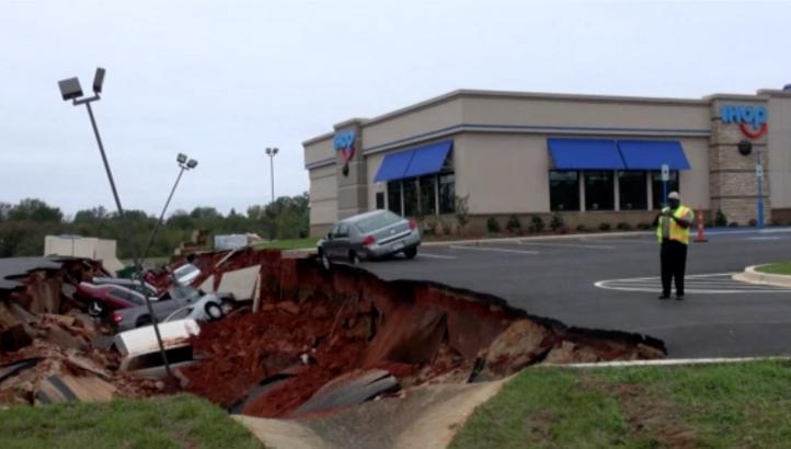 """Una grieta se """"traga"""" 12 vehículos en Meridian, Mississippi"""