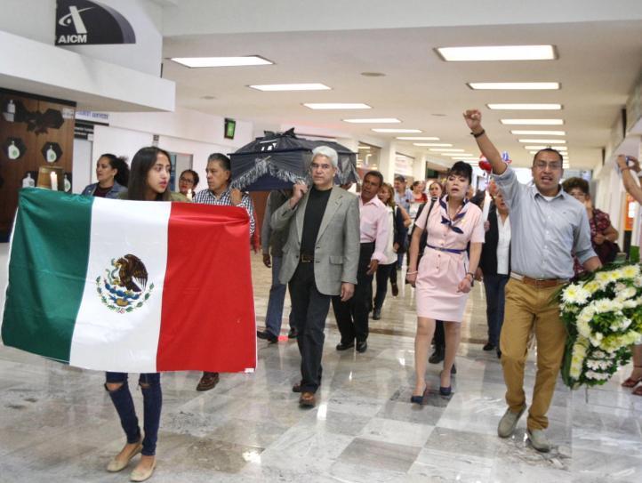 Jubilados de Mexicana se manifestaron en el AICM